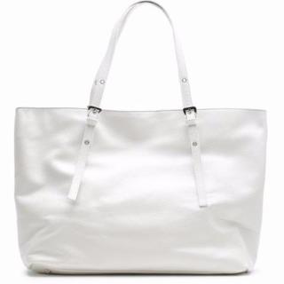 ホワイトレザーのトートバッグ