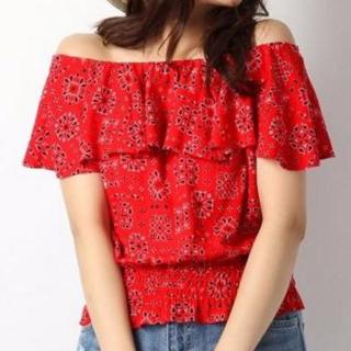 Heatherの赤いオフショルダーはボヘミアンなプリントで華やかな雰囲気に。