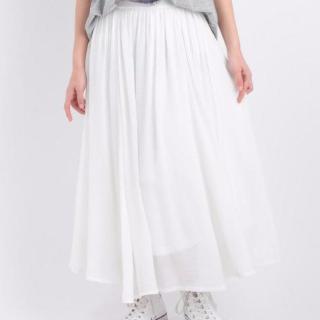 ふんわりとした形のシースルースカート。