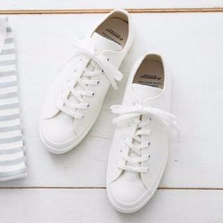 細身のきれいめ白スニーカーはマリンコーデに最適