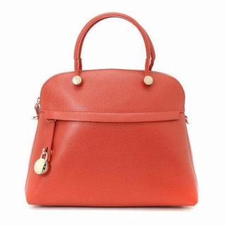 明るいレッドのハンドバッグ