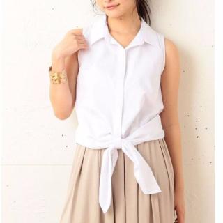 MIIAの白のノースリーブシャツ