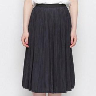 ネイビーのミモレ丈プリーツスカート