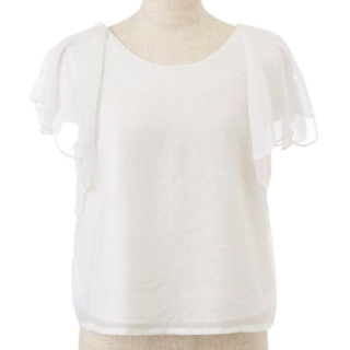 袖のシースルーが可愛い白のシースルートップス。