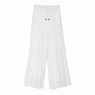 上品な雰囲気の白のシースルーワイドパンツ。