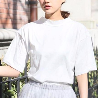 スタンドネックのおしゃれ白Tシャツ