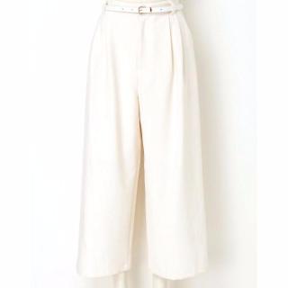 ホワイトのスカーチョは体型カバーも叶って清潔感もプラス