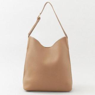 くたっとした柔らかい素材で軽量のキャメルのショルダーバッグ