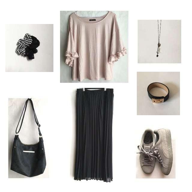 しまむらのTシャツ/カットソー、UNIQLOのプリーツスカート等を使ったコーデ画像
