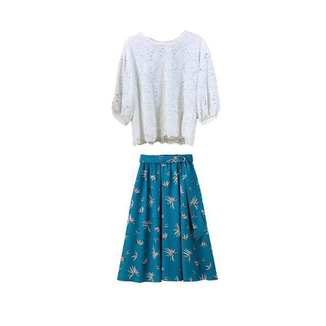 earth music&ecologyのTシャツ/カットソー、FABIAのミモレ丈スカート等を使ったコーデ画像