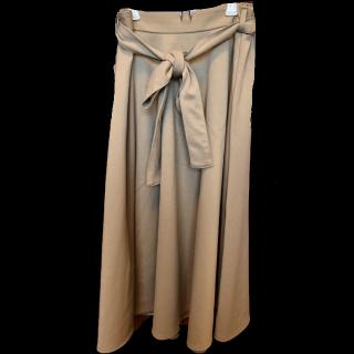 このコーデで使われているGUのミモレ丈スカート[ベージュ/キャメル]