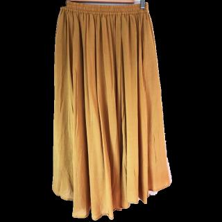 このコーデで使われているchocol raffine robeのマキシ丈スカート[オレンジ/イエロー]