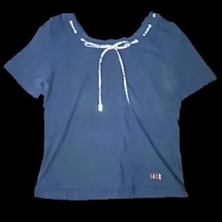 このコーデで使われているDAKSのTシャツ/カットソー[ブラック/グレー/キャメル]