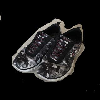 このコーデで使われているSkechersのスニーカー[ホワイト/ブラック/グレー]