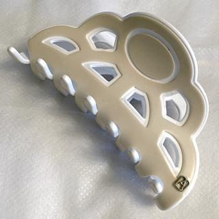 このコーデで使われているALEXANDRE DE PARISのヘアアクセサリー[ベージュ/ホワイト]