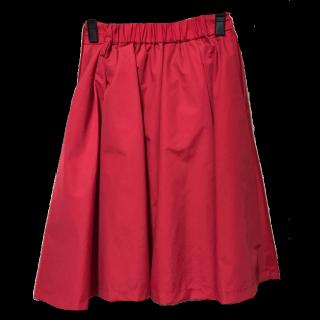このコーデで使われているBEAMSのひざ丈スカート[レッド]