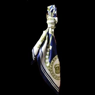 このコーデで使われているスカーフ[ホワイト/カーキ/ネイビー]