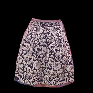 このコーデで使われているLOIS CRAYONのひざ丈スカート[ネイビー/ホワイト]