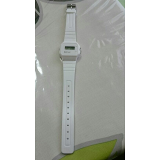 このコーデで使われているダイソーの腕時計[ホワイト]