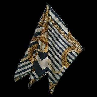 このコーデで使われているスカーフ[ホワイト/ネイビー/ゴールド]