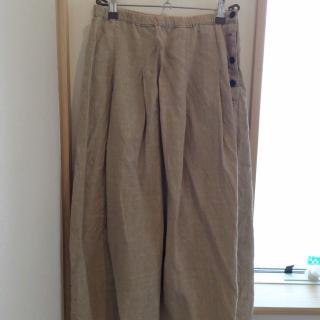 このコーデで使われているNATURAL LAUNDRYのスカート[ベージュ]