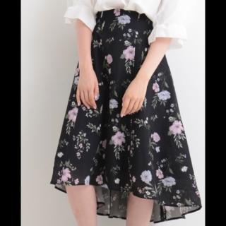 このコーデで使われているMAJESTIC LEGONのミモレ丈スカート[ブラック/ピンク/グリーン]
