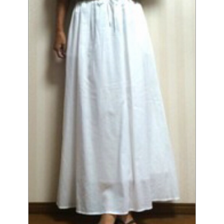 このコーデで使われているUNIQLOのマキシ丈スカート[ホワイト]