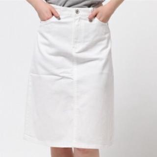 このコーデで使われているUNIQLOのひざ丈スカート[ホワイト]