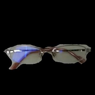 このコーデで使われているDKNYのメガネ[ゴールド]