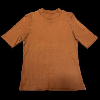 このコーデで使われているUNIQLOのTシャツ/カットソー[オレンジ/ブラウン]