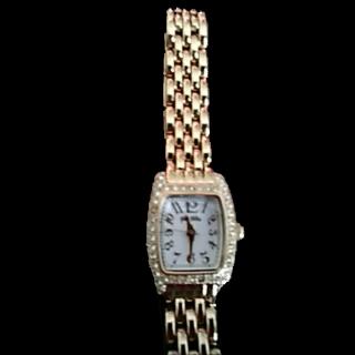 このコーデで使われているFolli Follieの腕時計[ホワイト/ゴールド]