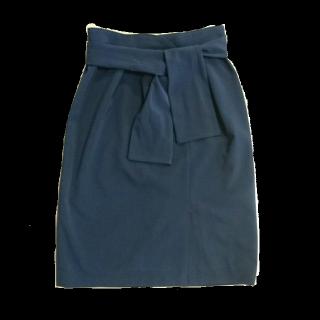 このコーデで使われているSTRAWBERRY-FIELDSのひざ丈スカート[ネイビー]