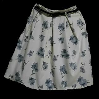 このコーデで使われているHONEYSのひざ丈スカート[ホワイト/グレー/ブルー]