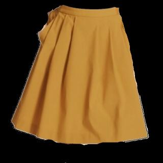 このコーデで使われているUNIQLOのひざ丈スカート[イエロー]