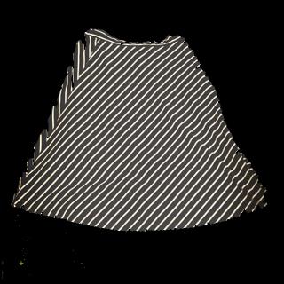 このコーデで使われているグローバルワークスのフレアスカート[ホワイト/ネイビー/レッド]