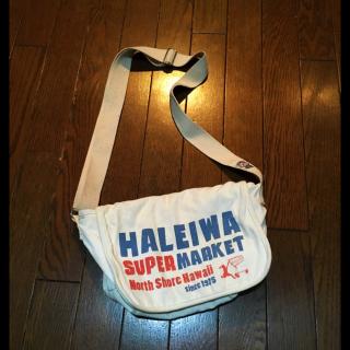 このコーデで使われているHALEIWA SUPER MARKETのショルダーバッグ[ホワイト]