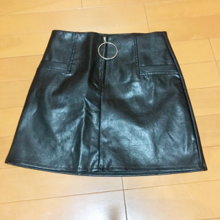 このコーデで使われているSPIGAのミニスカート[ブラック]