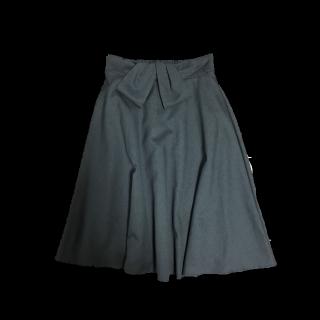 このコーデで使われているしまむらのひざ丈スカート[グレー]