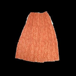このコーデで使われているUNIQLOのマキシ丈スカート[ホワイト/オレンジ]