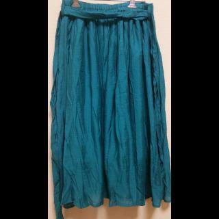 このコーデで使われているSUZUTANのミモレ丈スカート[グリーン/ブルー]