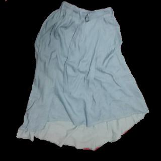 このコーデで使われているAvailのマキシ丈スカート[ブルー/その他]