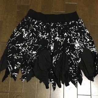 このコーデで使われているミニスカート[ホワイト/ブラック]