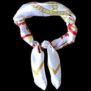 このコーデで使われているRETRO GIRLのスカーフ[ホワイト/ゴールド/レッド]