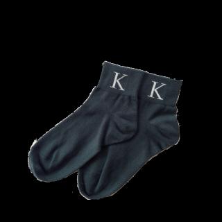 このコーデで使われている靴下屋のソックス[カーキ]