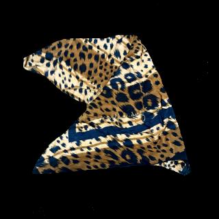 このコーデで使われているスカーフ[ブラック/キャメル]