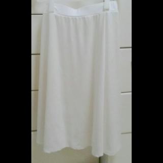 このコーデで使われているKareiのミモレ丈スカート[ホワイト]