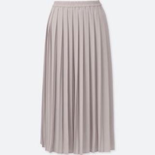 このコーデで使われているUNIQLOのプリーツスカート[ベージュ]