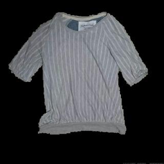 このコーデで使われているAvailのTシャツ/カットソー[ホワイト/グレー]