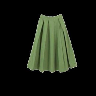 このコーデで使われているtitivateのミモレ丈スカート[グリーン]