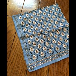このコーデで使われているスカーフ[ブルー]